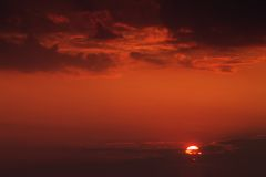 Solnedgång med röd himmel Arkivbild