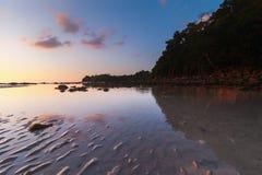 Solnedgång med reflexion Arkivfoton