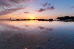 Solnedgång med reflexion Arkivbilder