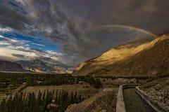 Solnedgång med regnbågen Arkivfoton