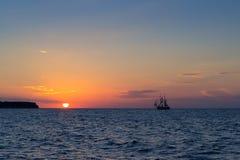 Solnedgång med seglingshipen Arkivbild