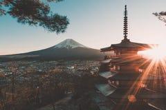 Solnedgång med sikten av Mount Fuji fotografering för bildbyråer