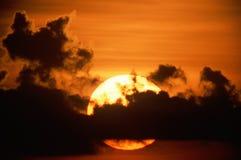Solnedgång med silhouetted oklarheter Fotografering för Bildbyråer