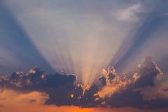 Solnedgång med solstrålar Arkivbild