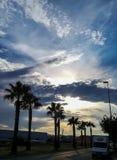 Solnedgång med stormmoln över berg fotografering för bildbyråer