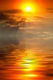 Solnedgång med strålar av solen på havet Royaltyfria Foton