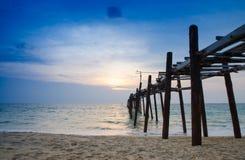 Solnedgång med träbron, andaman Thailand Royaltyfria Foton