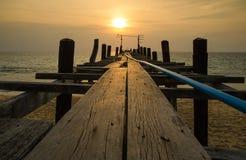 Solnedgång med träfiskarebron, andaman Thailand Arkivbild