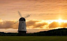 Solnedgång med väderkvarnen Arkivbild