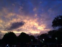 Solnedgång, medan en storm rullar in Arkivfoto