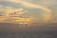 Solnedgång medelhavs- hav för kekova till trevelyachten Royaltyfri Bild