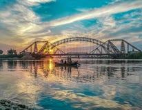 Solnedgång in - mellan broar av sukkur fotografering för bildbyråer