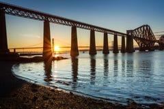 Solnedgång mellan de två broarna i Skottland Royaltyfria Bilder