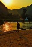 Solnedgång nära den Muey floden Moeiet River är ett skattskyldigt av den Salween floden I motsats till mest floder i Thailand flö Royaltyfri Bild