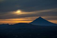 Solnedgång nära den Mutnovsky vulkan Royaltyfri Bild