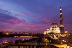 Solnedgång nära den Putra moskén i Putrajaya, Malaysia Royaltyfri Bild