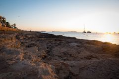 Solnedgång nära Sanen Antonio Beach Ibiza, Spanien arkivfoto