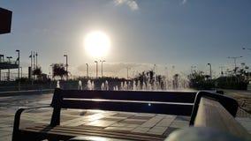 Solnedgång nära springbrunnen arkivfoton