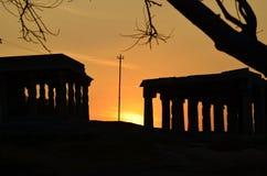Solnedgång nära tempelgravvalv Arkivbild