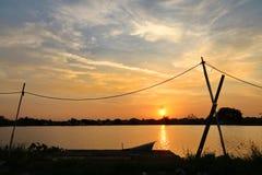 Solnedgång 0n sjön på outskirten av Bangkok som skapar ett härligt foto Arkivfoton