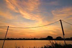 Solnedgång 0n sjön på outskirten av Bangkok som skapar ett härligt foto Royaltyfria Bilder