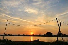 Solnedgång 0n sjön på outskirten av Bangkok som skapar ett härligt foto Royaltyfria Foton