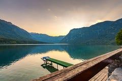 Solnedgång nationalpark ovanför Bohinj för sjön, Slovenien Dramatiska och magiska färger, mystikervatten, berg och fjällängar i b Royaltyfri Fotografi