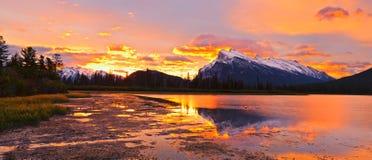 Solnedgång nationalpark ovanför cinnoberfärg för sjöar, Banff Royaltyfri Fotografi