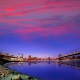 Solnedgång NY för broar för Brooklyn bro och Manhattan Royaltyfri Foto