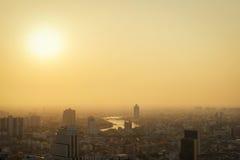 Solnedgång- och Bangkok cityscape Arkivfoto
