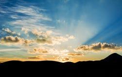Solnedgång och berg Fotografering för Bildbyråer