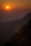 Solnedgång och berg Arkivfoto