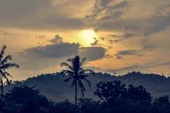 Solnedgång och berg Royaltyfria Bilder