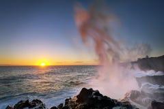 Solnedgång och blowhole Arkivbilder
