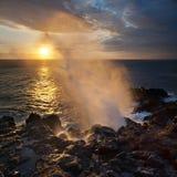 Solnedgång och blowhole Royaltyfria Bilder