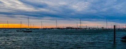 Solnedgång och bron på den Narragansett fjärden arkivbilder