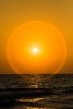 Solnedgång och cirkelsignalljuset i sommar Royaltyfri Foto