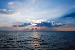 Solnedgång och den härliga blåa himlen Arkivfoto