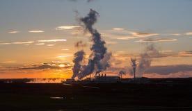 Solnedgång och fabrik Arkivbilder