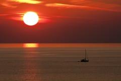 Solnedgång och fartyg, Alanya royaltyfri foto