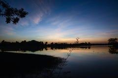 Solnedgång och flod royaltyfri foto