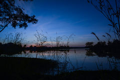 Solnedgång och flod Arkivfoton