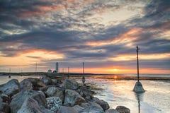 Solnedgång och fyr Fotografering för Bildbyråer