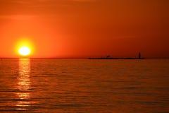 Solnedgång och fyren royaltyfria bilder