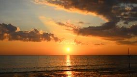 Solnedgång och himmel på stranden