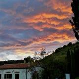 solnedgång och hus Arkivbild