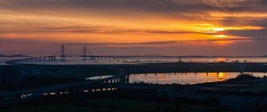 Solnedgång och Incheon bro Royaltyfria Foton