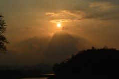 Solnedgång och konturberg royaltyfria foton