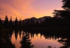 Solnedgång och lake Royaltyfria Bilder