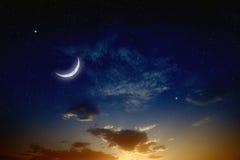 Solnedgång och måne Arkivfoton